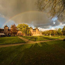 Kasteel de Haar tijdens ELFIA met regenboog erover. van Brian Morgan