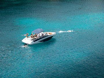 Speedboot op helderblauw water in Mallorca van