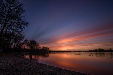 Coucher de soleil coloré sur le lac Binnenmaas, Hoeksche Waard sur Gea Gaetani d'Aragona