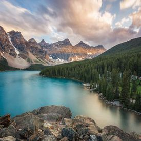 Zonsondergang aan Moraine Lake Canada van Edwin Mooijaart
