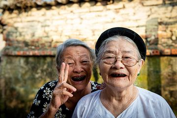 Portret van 2 oude vrouwtjes in Vietnam van Ellis Peeters