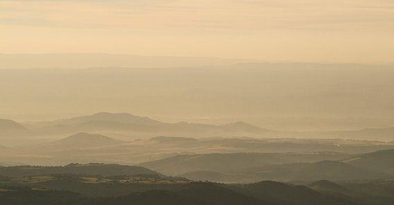 Mistig bergachtig  landschap Frankrijk