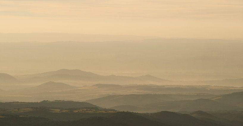 Mistig bergachtig  landschap Frankrijk  van Jovas Fotografie