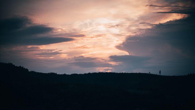 Sonnenuntergang über dem Berggipfel von Denny Lerch