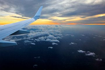 Vliegtuig vleugel met zonsondergang van Inge van den Brande