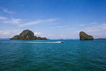 Uitzicht vanaf de zee en speedboot in Tawaen strand, Koh larn eiland, Pattaya, Thailand van Tjeerd Kruse