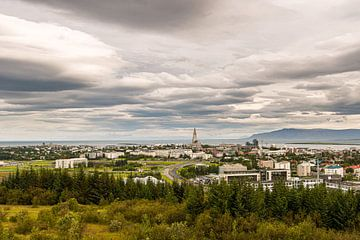 Skyline van Reykjavik van Gerry van Roosmalen