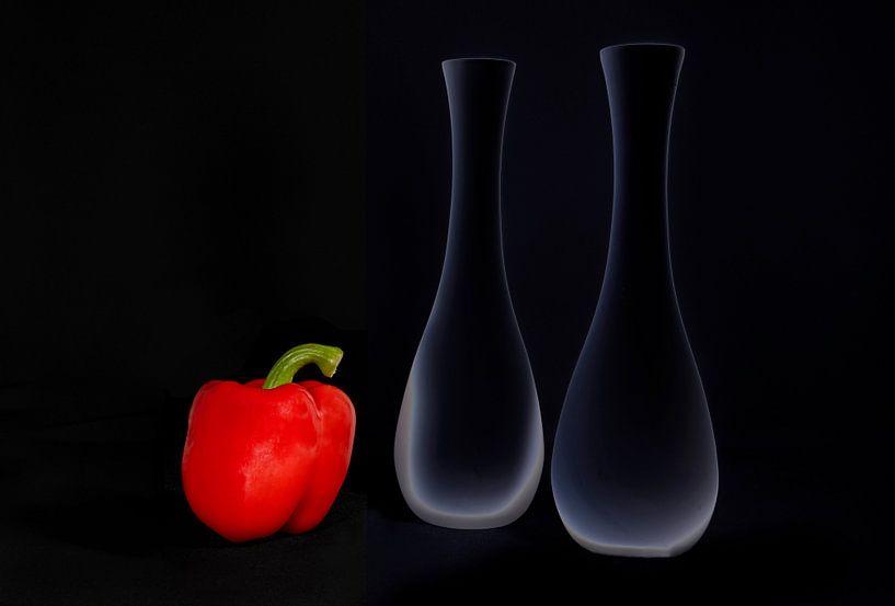 Rode paprika met vazen van Franke de Jong