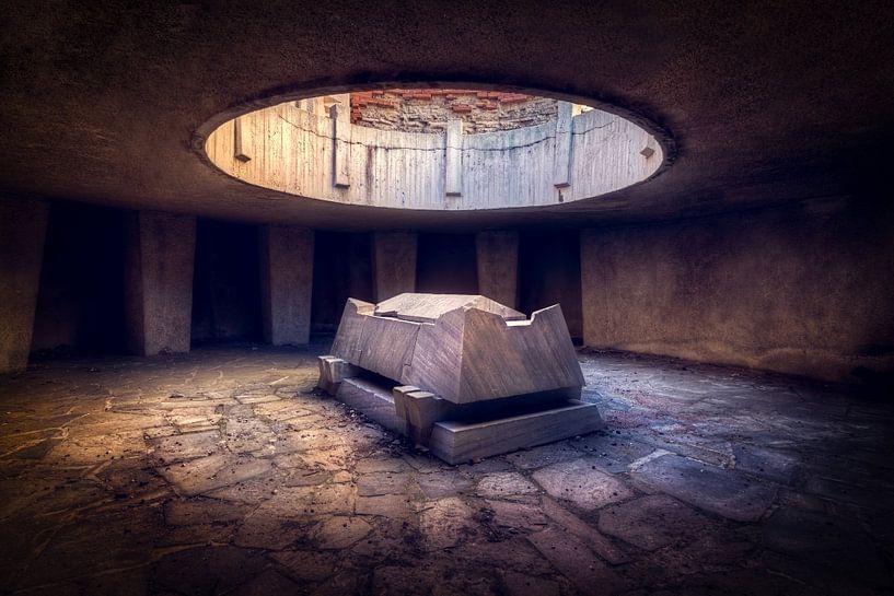 Verlaten Monument op de Heuvel. van Roman Robroek