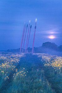 Maan opkomst in de mist bij monument Oerwold De Onlanden