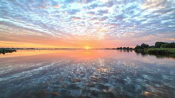 Spiegeltje Leekstermeer tijdens zonsopkomst van R Smallenbroek