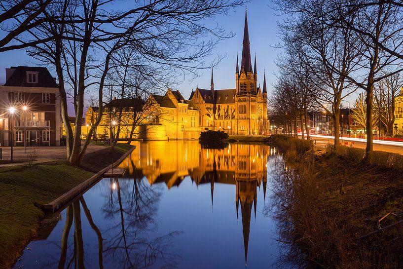 Sint-Bonaventurakerk Woerden tijdens het blauwe uurtje. van Peter Verheijen