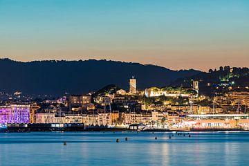Oude stad van Cannes aan de Côte d'Azur 's avonds van Werner Dieterich