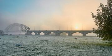 Oude IJsselbrug Zwolle bij een mistige zonsopkomst van Jenco van Zalk