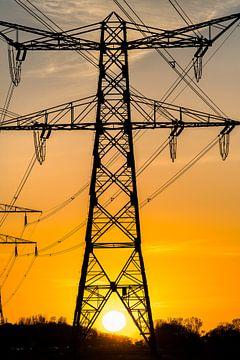 Zonsondergang doorkijk electriciteitsmast von Harrie Muis