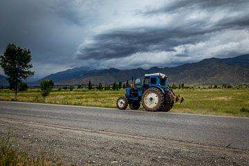 Traktor met dreigende wolken van Julian Buijzen