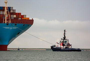 Sleper aan de boeg van een machtig Containerschip. van scheepskijkerhavenfotografie