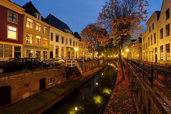 Nieuwegracht in Utrecht gezien vanaf de Pausdambrug van Donker Utrecht