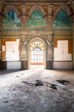 Verlassene Villa mit Fenster. von Roman Robroek