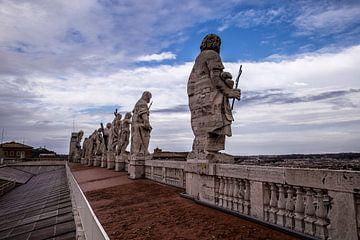 Beelden bovenop de Sint-Pietersbasiliek in Vaticaanstad van Sander de Jong