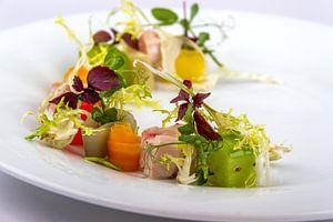 Salade gekonfijte kip met komkommer, bospeen, sjalot en raijs van Frank Broenink