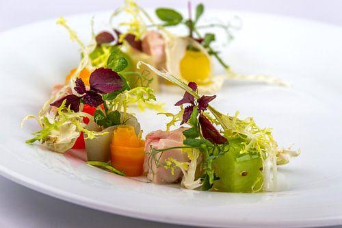 Salade gekonfijte kip met komkommer, bospeen, sjalot en raijs