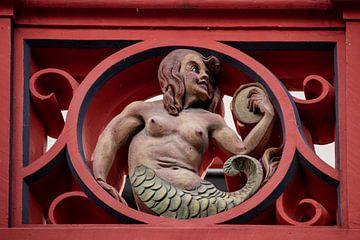 Ballustrade mit Skulptur auf dem Dach des Basler Rathauses in der Schweiz von Joost Adriaanse