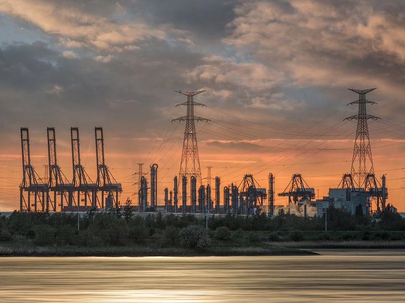 Zware industrie tijdens een oranje gekleurde sunset_2 van Tony Vingerhoets