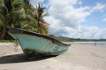 Boot am Strand von Jolanda van Eek