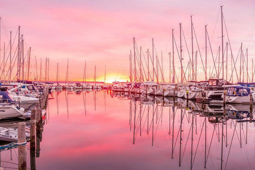 Zonsopkomst in de jachthaven von Tony Buijse