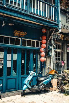 Scooter tegen blauwe gevel in Tainan, Taiwan van Expeditie Aardbol
