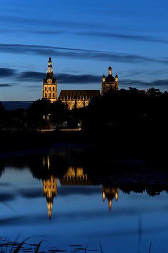 De Sint Jan van Den Bosch bij avond van