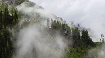 Huisje op de berg in de mist van Cynthia Hasenbos