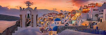 Het Griekse dorp Oia ( Thira ) op Santorin aan de sfeervolle zonsondergang van Fine Art Fotografie
