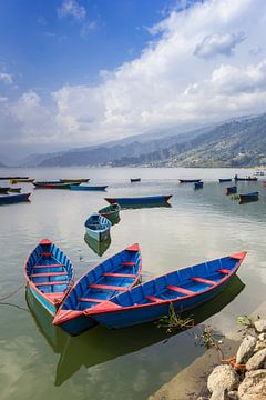 Traditionele houten bootjes op het Phewa meer in Pokhara, Nepal van Marc Venema