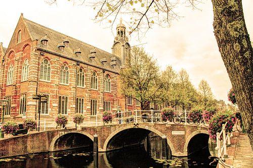 Nonnenbrug met Academiegebouw Leiden Nederland Oud