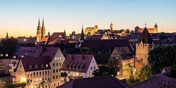 Skyline van Neurenberg met het keizerlijke kasteel in de avonduren van Werner Dieterich