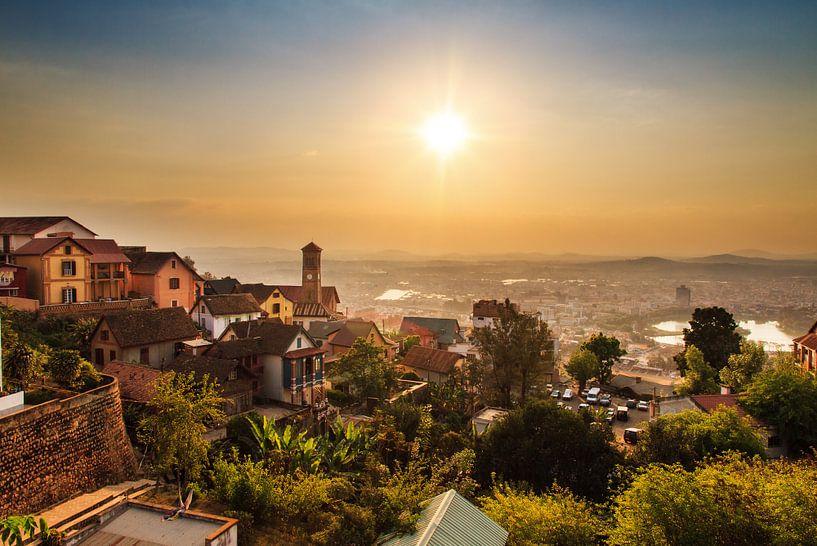 Antananarivo zonsondergang stadsgezicht van Dennis van de Water