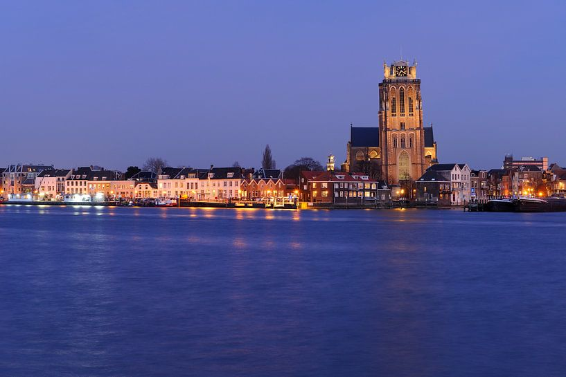 Skyline van Dordrecht met Grote Kerk in de avondschemering van Merijn van der Vliet