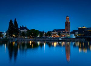 Zicht op Zwolle in de avond