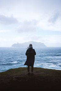 Une femme surplombe la mer agitée