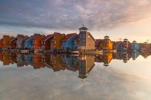 Landschap, gekleurde huisjes bij het water tijdens zonsopkomst van