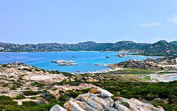 La côte de la Sardaigne - La Maddalena, Italie sur Be More Outdoor
