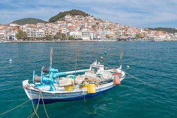 Vissersbootje op Lesbos in Griekenland van Rob IJsselstein