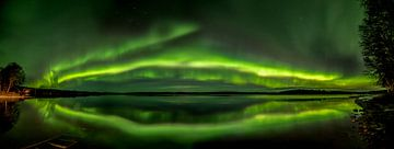 Het noorderlicht boven een meer in Finland van Leon Brouwer