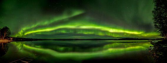 Das Nordlicht über einem See in Finnland