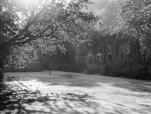 Jogger in ochtendlicht bij oud fort in België von Marc Pennartz