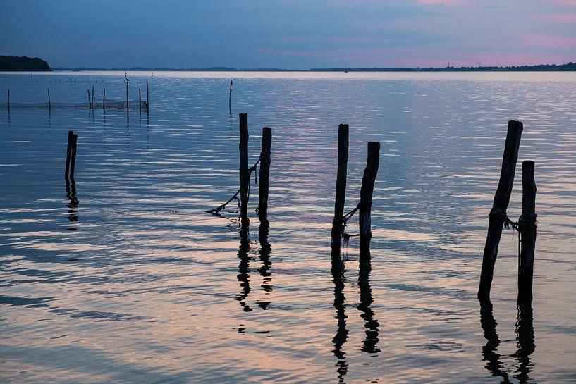 avondlicht over het water op het deense eiland Falster van Hanneke Luit