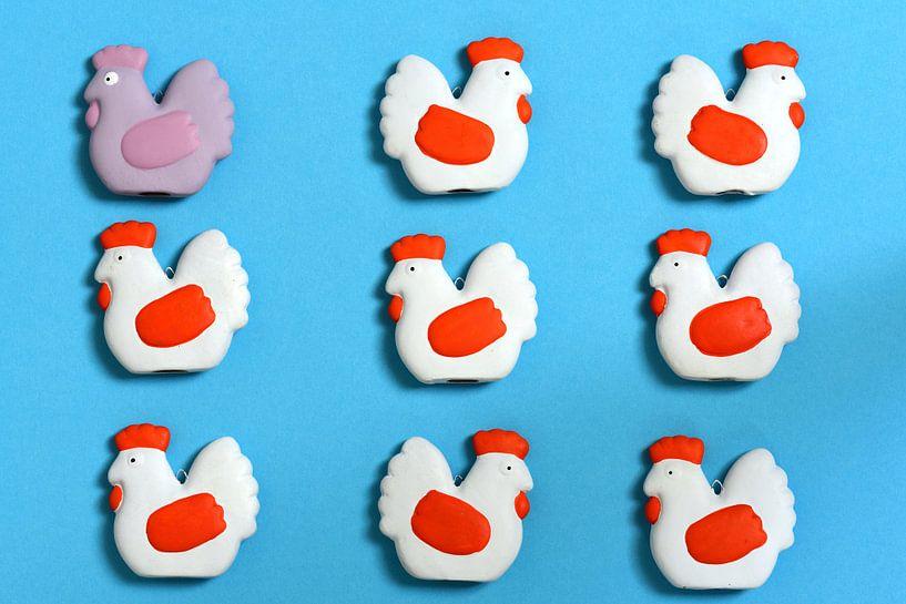 Verschiedene Figuren von Hühnern vor blauem Hintergrund von Ulrike Leone