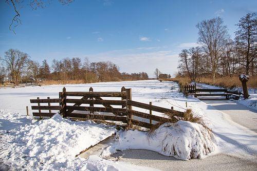 Landelijke hekwerk in de sneeuw